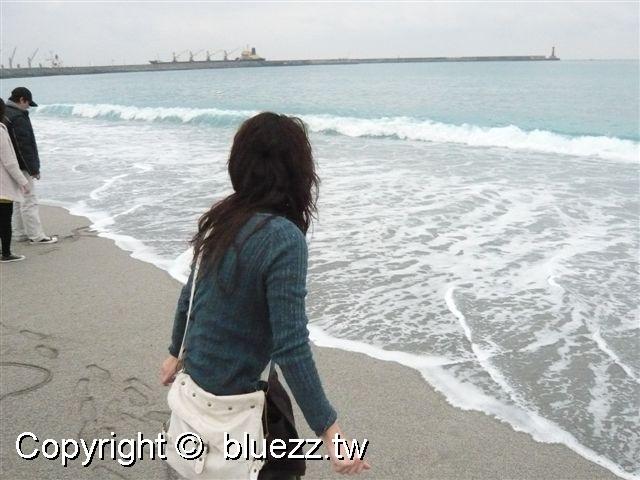 被浪打到民宿乾淨的沙灘海邊