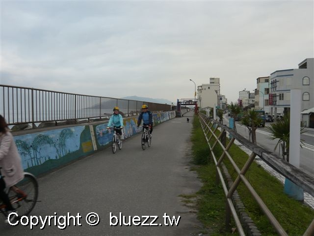 被浪打到民宿民宿後面就是腳踏車道