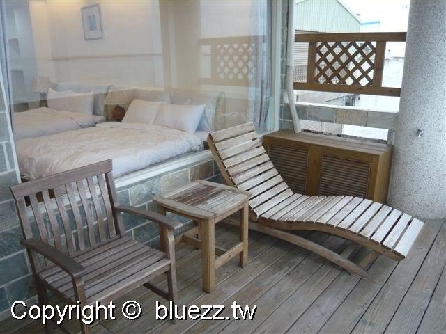 被浪打到民宿喝咖啡看海專用的躺椅