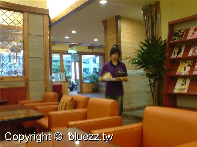 英格曼咖啡店裡的服務生都穿紫色衣服