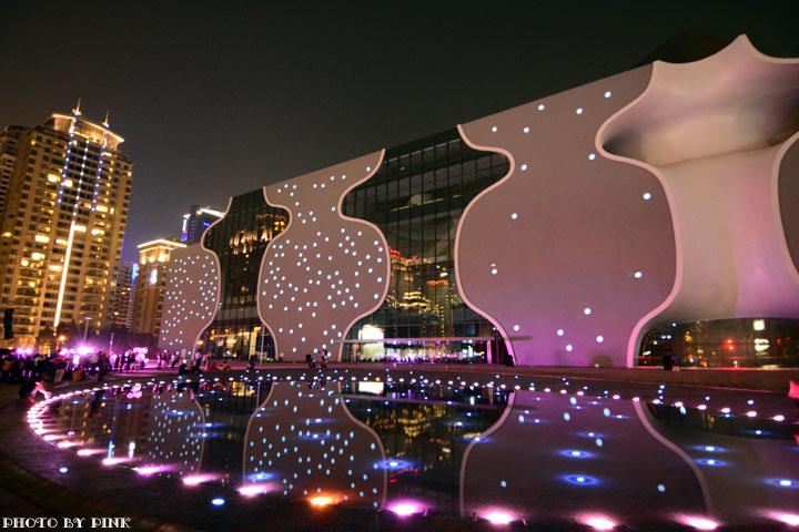 重庆金源时代歌剧院之夜05里纤纤唱的歌叫什么名字