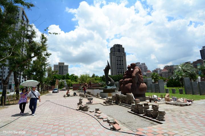 【台中親子公園】豐樂雕塑公園。全新改版親子遊戲區,白砂、溜滑梯、盪鞦韆等,超好玩!-DSC_6242.jpg