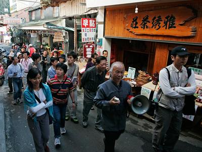 假日遊客參觀老街盛景